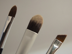v.l.n.r. spitzer Lidschattenpinsel, breiter Lidschattenpinsel, hauchdünner Pinsel für Eyeliner